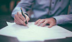 Entrepreneur remplissant des papiers sur une table